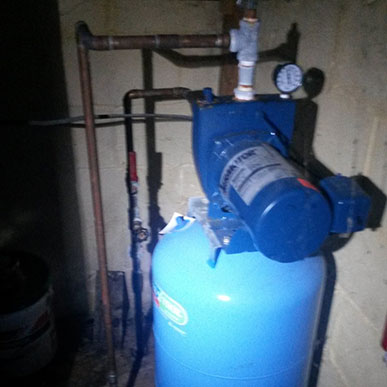 http://walkerplumbingandheating.com/wp-content/uploads/2015/07/well-pump.jpg
